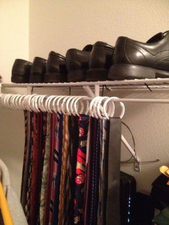 Хранение галстуков на шторных кольцах