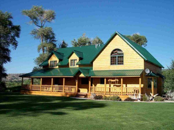 Деревянный дом с зелёной крышей