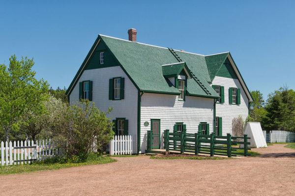 Белый дом с зелёной крышей