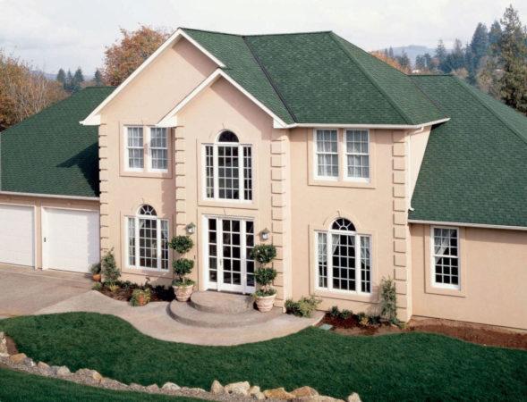 Двухэтажный дом с зелёной крышей
