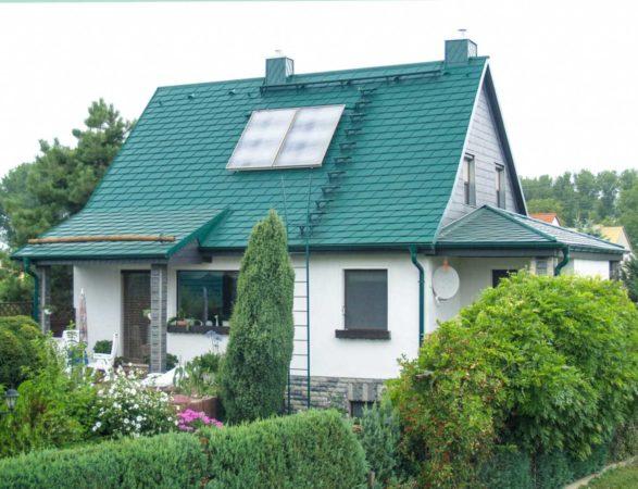 Дом с зелёной крышей на дачном участке