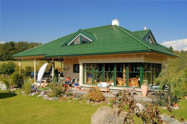 Дом с зелёной крышей и зелёными окнами
