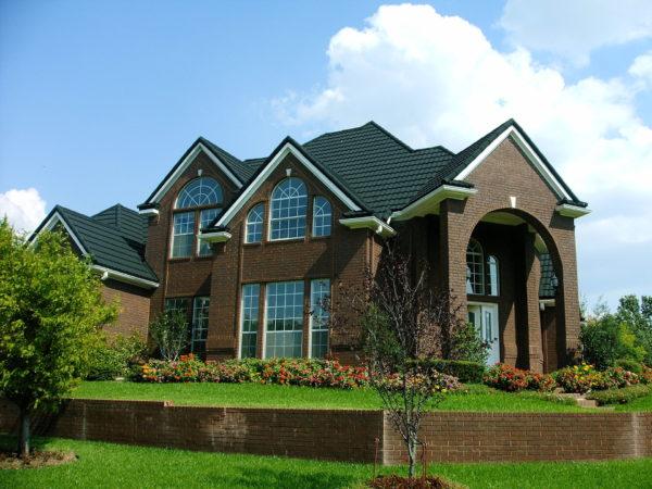 Дом с темно-зелёной крышей
