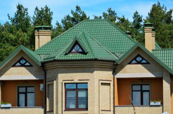 Кирпичный дом с зелёной крышей