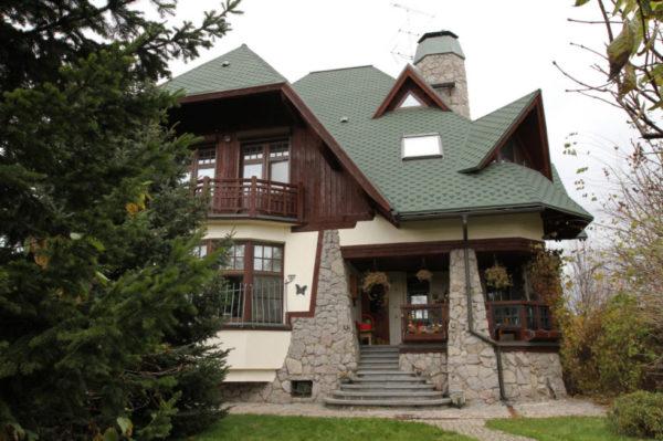 Частный дом с зелёной крышей