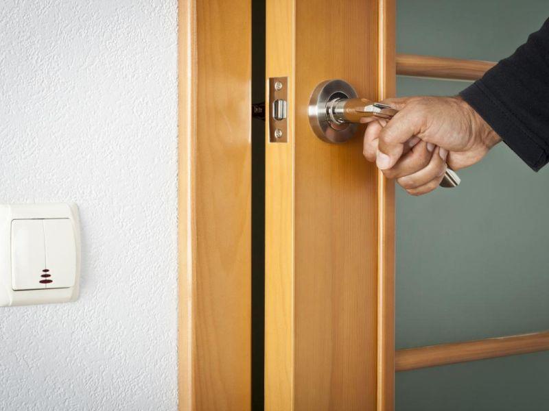 Что можно сделать, чтобы дверь не билась о стену: эффективные способы решения проблемы