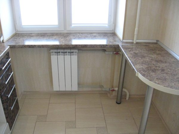 Широкий подоконник на кухне