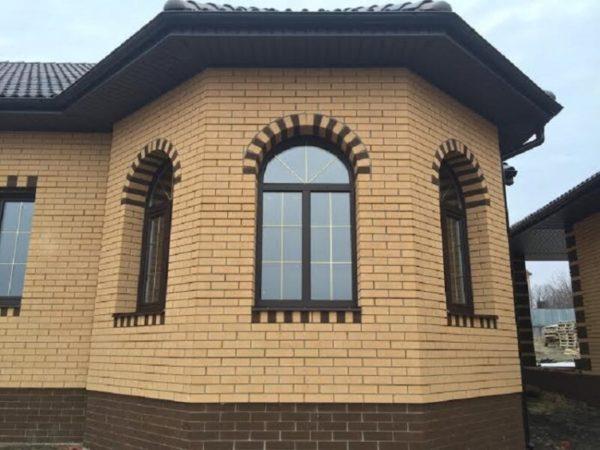 Декор окон на фасаде