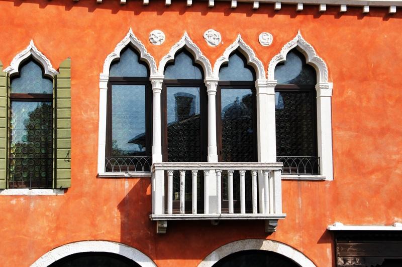 Как выделить окна на фасаде дома: варианты декора