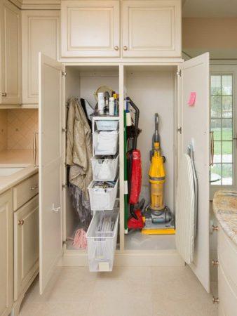 Шкаф для хозяйственного инвентаря в кухне