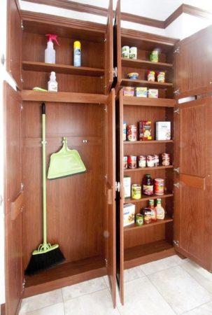 Секция для инвентаря в шкафу
