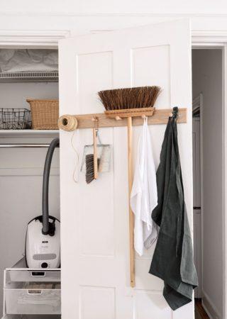Место для хранения приспособлений для уборки квартиры