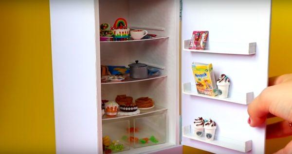 Холодильник, сделанный для куклы Барби