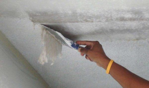 как быстро соскрести известку с потолка
