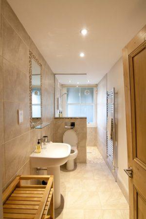 Интерьер узкой ванной комнаты