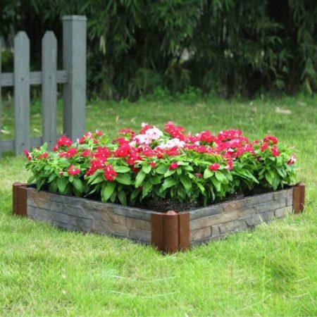 Квадратная клумба с красными цветами