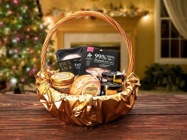 Набор деликатесов в корзине на Новый год