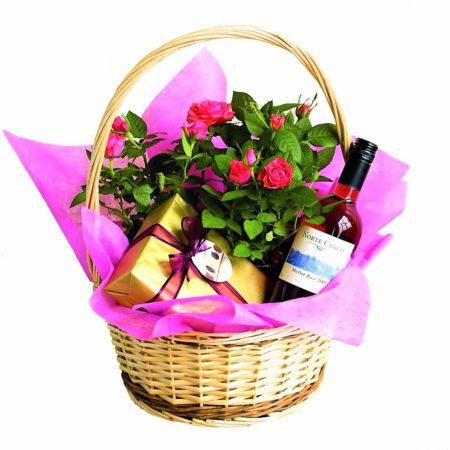 Корзина с цветами и бутылкой вина