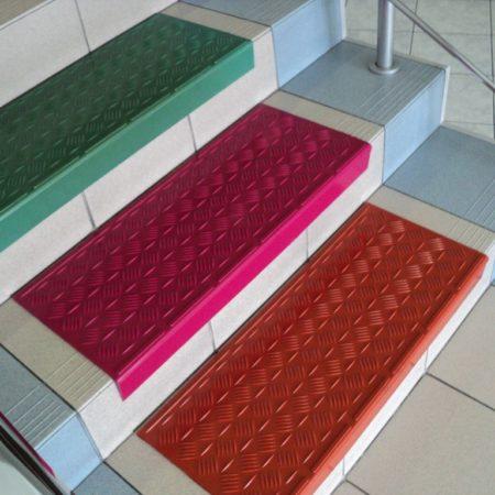 Резиновые коврики на ступенях