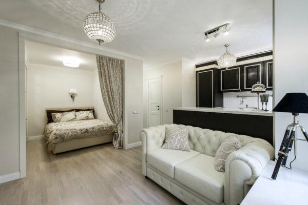 Светлая кухня-спальня