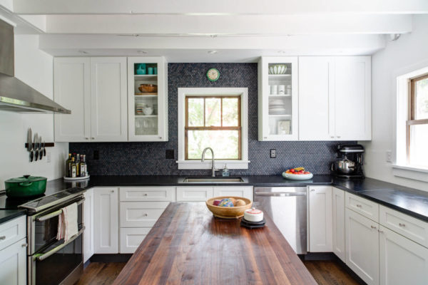 Кухня с серыми и коричневыми цветами