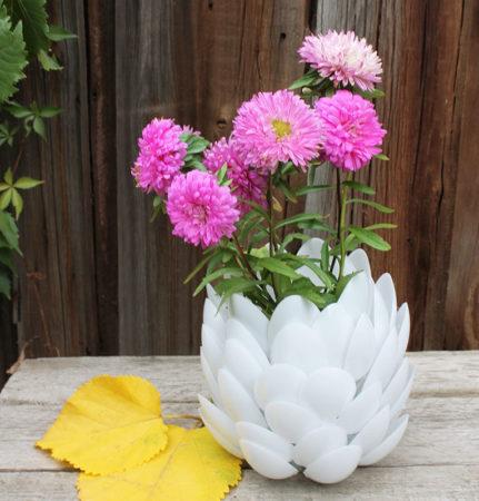 Ваза для цветов из пластиковых ложек