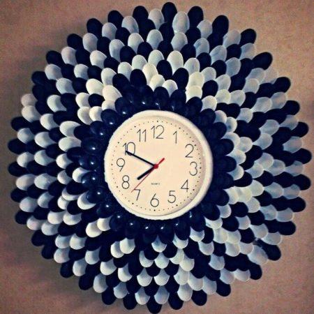 Часы в рамке из пластиковых ложек