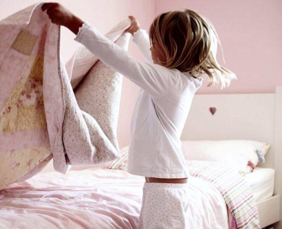 Девочка заправляет постель