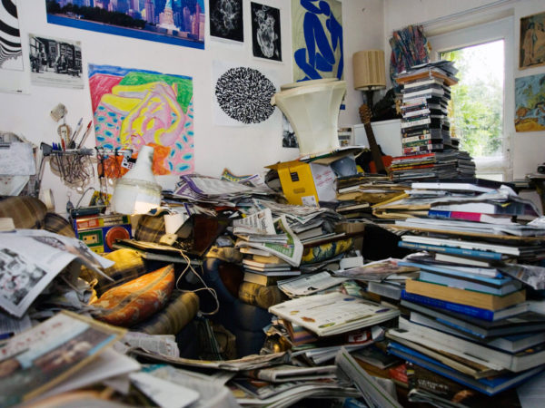Много книг, тетрадей, журналов в комнате