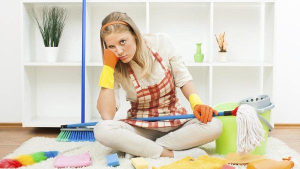 Девушка и принадлежности для уборки