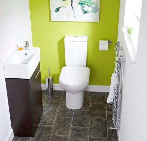 Туалет с яркой зелёной стеной