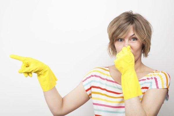 Женщина в хозяйственных перчатках