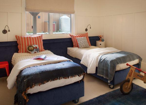 Детские кровати, расставленные параллельно