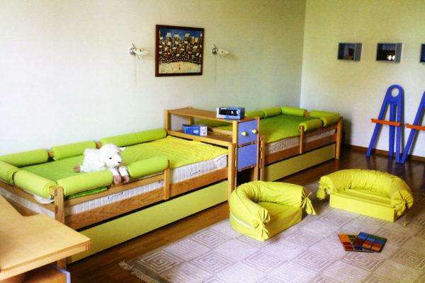Кровати, расставленные в одну линию