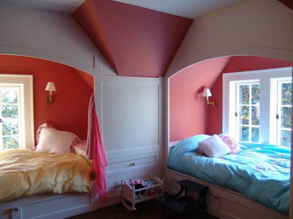 Кровати в разных частях комнаты