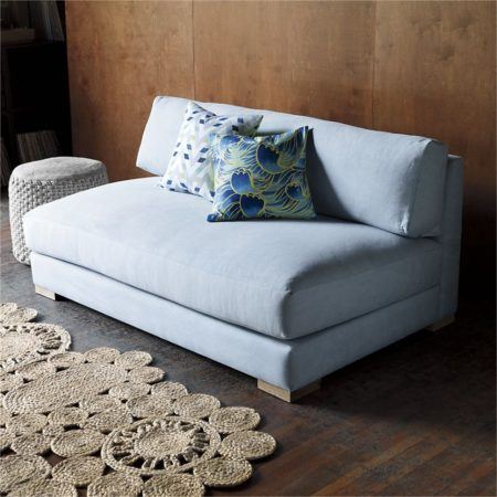 Небольшой диван с подушками
