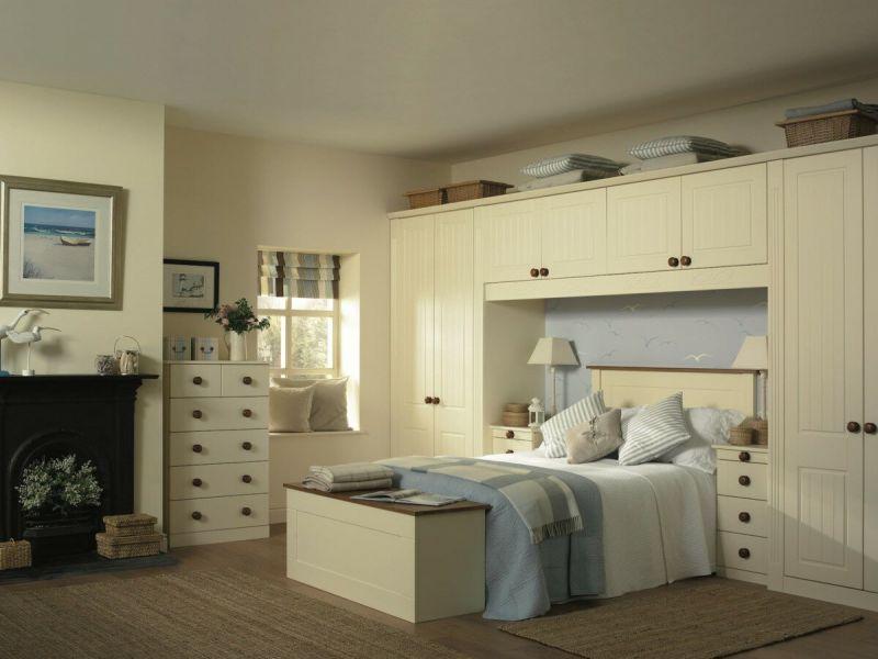 Мебель для спальни вокруг кровати: удачные варианты на фото