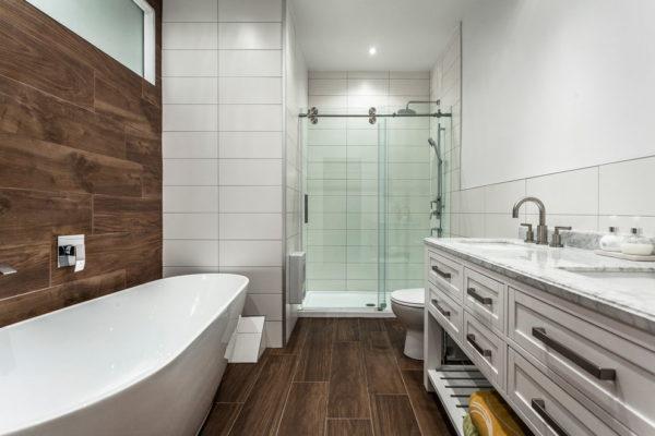 Имитация дерева на полу и стене ванной