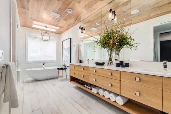 Пластиковые панели на потолке ванной
