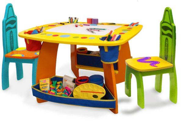 Пластмассовый детский столик и стулья