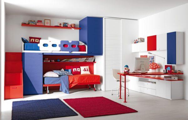 Сочетание красного, белого и синего в интерьере детской