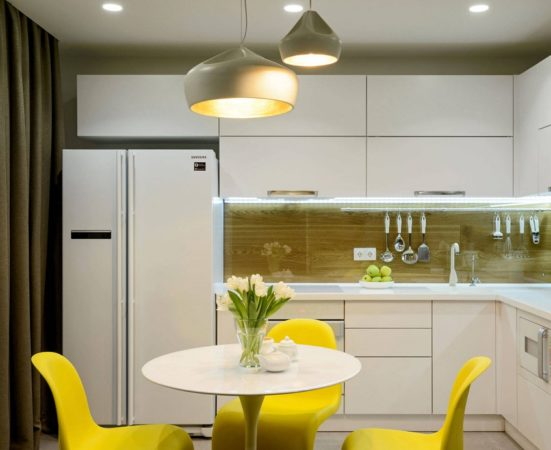 Белая кухня с цветными стульями