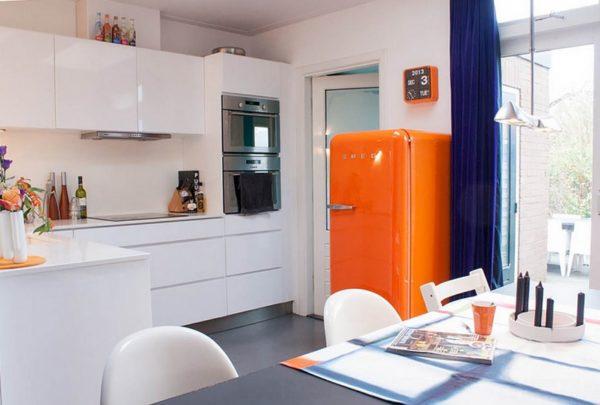 Белая кухня с цветным холодильником