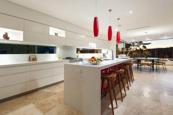 Белая кухня с цветными светильниками