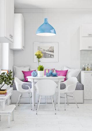 Белая кухня с цветными подушками