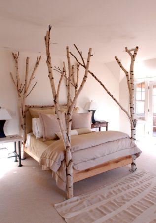 Декор кровати сухими деревьями