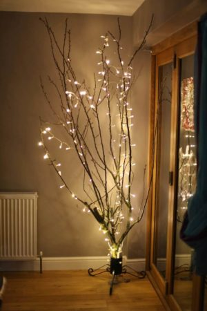 Новогодний декор сухого дерева