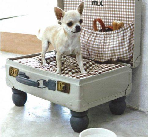 спальное место для собаки из старого чемодана