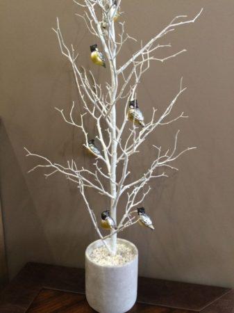 Декорированное дерево в интерьере
