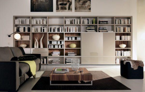 Открытый стеллаж в интерьере гостиной